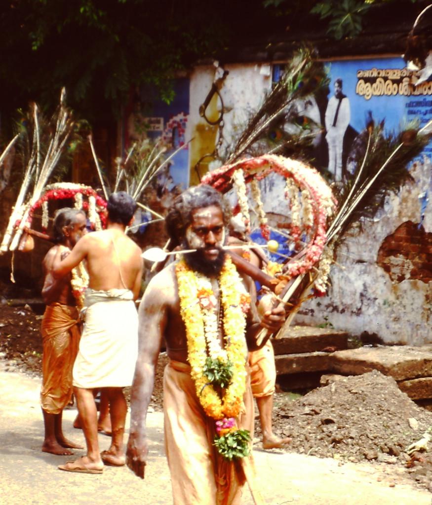 Eine Gruppe von Fakirern und Yogis zieht durch die Stadt. Obwohl ich diesen gefragt habe, ob ich ihn fotografieren dürfte, guckt er schön böse. (Trviandrum/Kerala Indien) 1987