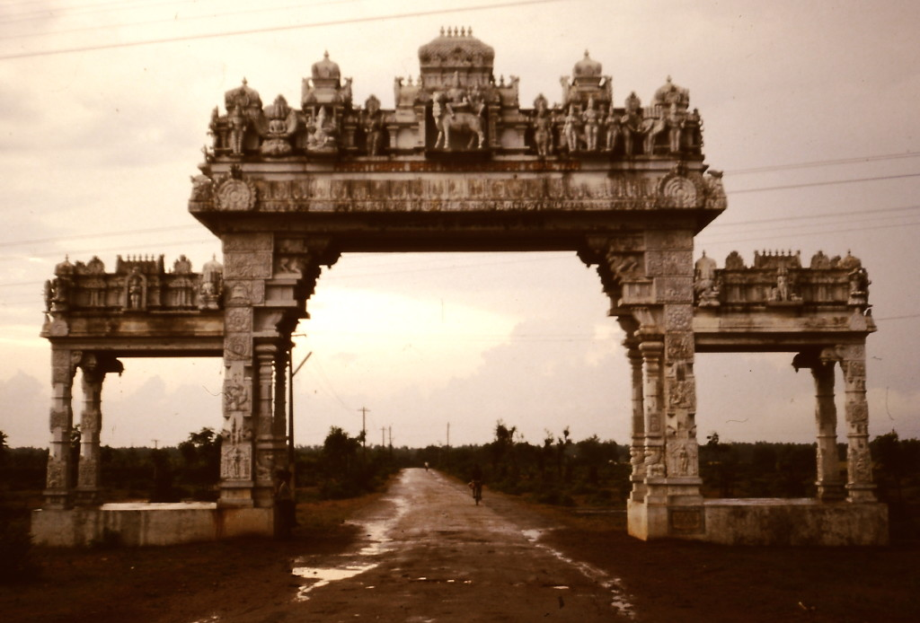 Wenn man das Haus vom Tor aus sehen kann, hat man kein großes Grundstück. (Karnataka/Indien 1987)