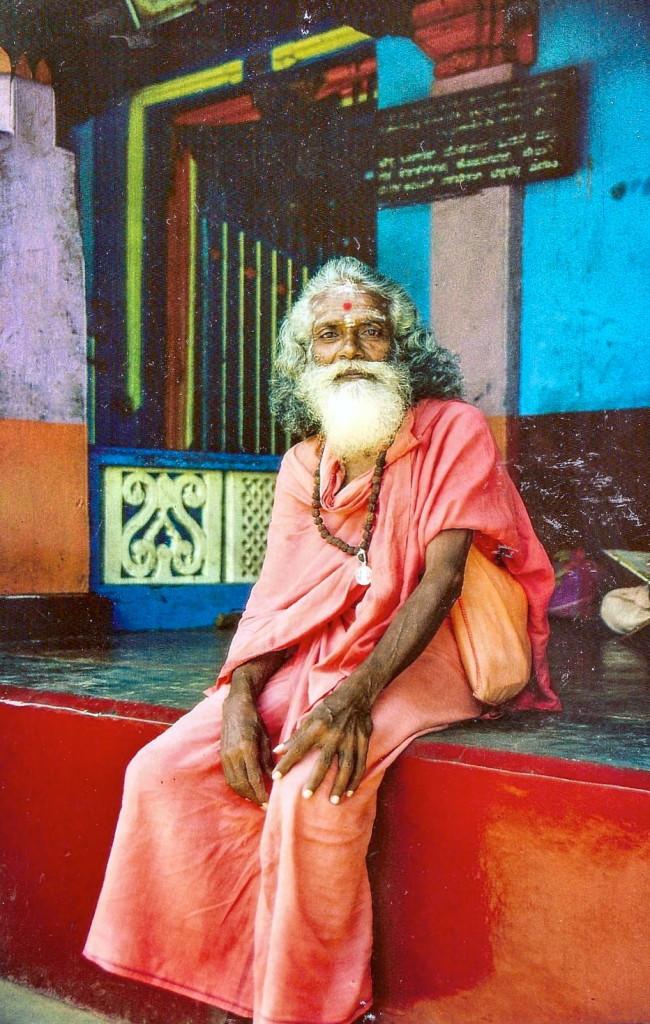 Irgendwo in Karnataka traf ich diesen Holy Man. Davon gibt es in Indien recht viele, doch so eine Ausstrahlung wie dieser haben nur wenige. Leider konnten wir uns nicht verständigen, ein kleiner Junge half ein wenig. Doch seine Persönlichkeit sprach für sich.